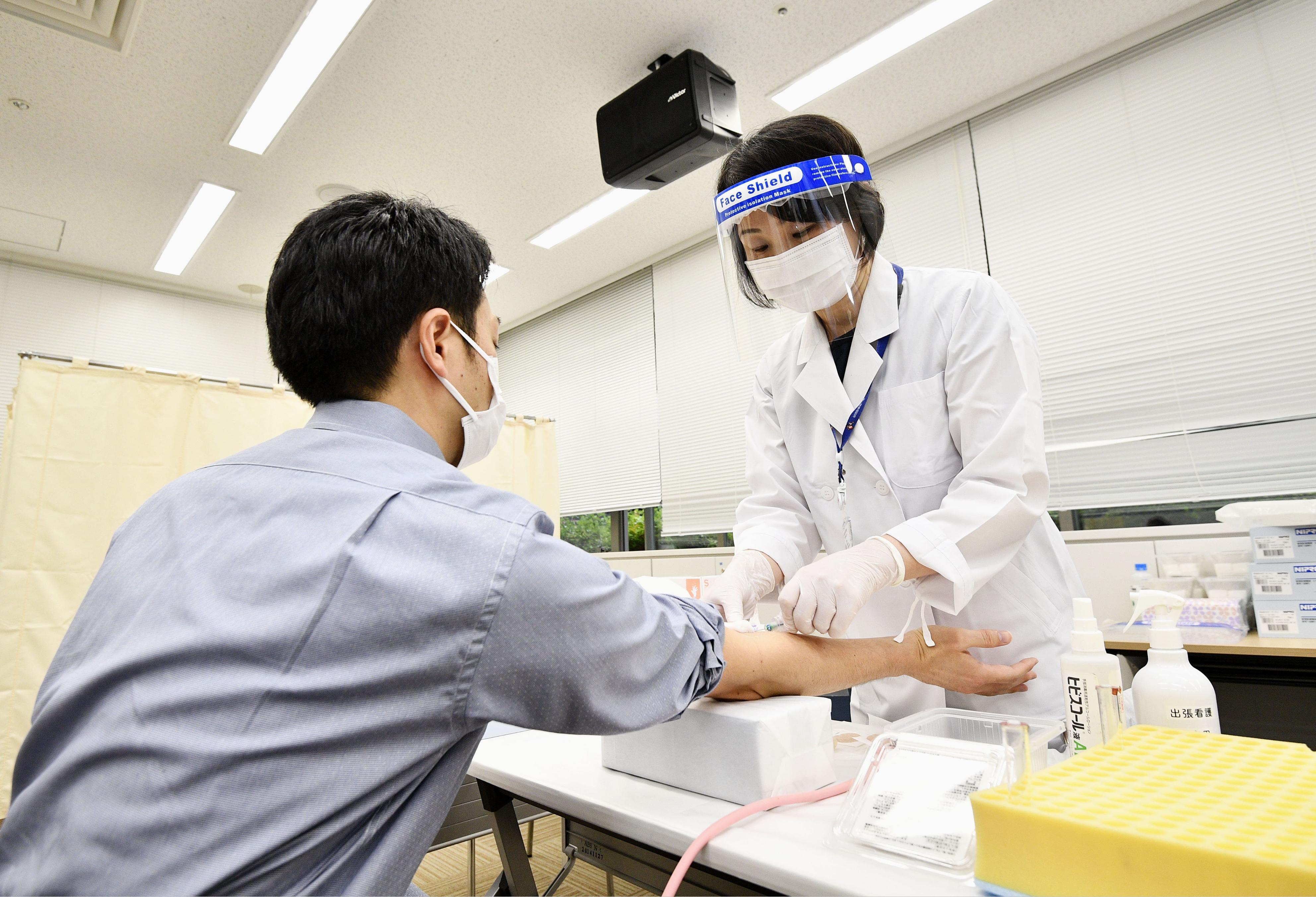 調査開始に先立ち、公開された新型コロナウイルスの大規模抗体調査のデモンストレーション=1日午前、東京都板橋区