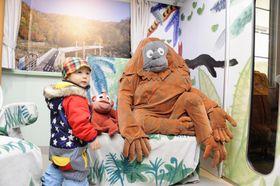 「旭山動物園号ひろば」に再現された特別席「ハグハグチェア」=17日、北海道旭川市の旭山動物園
