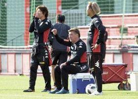 練習再開に当たって、ペトロビッチ監督(中央)は3つの課題を挙げた