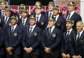 チームウエルカムセレモニーで記念写真に納まるアダム・アシュリークーパー(前列左から2人目)らラグビー・オーストラリア代表=18日午後、北海道江別市