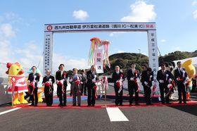 新区間の開通をテープカットで祝う関係者=長崎県松浦市、伊万里松浦道路松浦IC