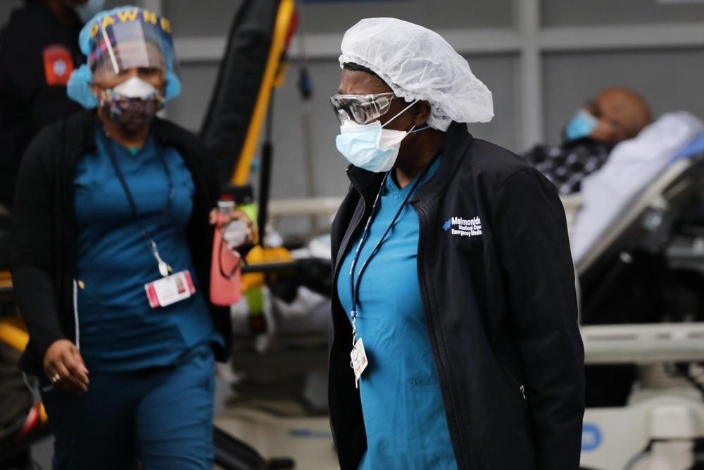 米ニューヨークの病院で新型コロナウイルス感染者に対応する医療従事者ら=6日(ゲッティ=共同)