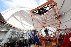 せいめいの完成記念式典で望遠鏡を見学する参加者ら=2月