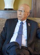 20日、シンガポールで取材に応じるフィリピンのロレンザーナ国防相(共同)