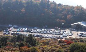 大勢の行楽客らで満車状態の駐車場=雲仙市、仁田峠