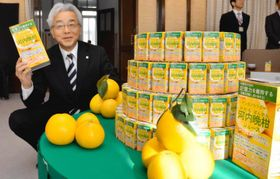機能性表示食品「POMアシタノカラダ河内晩柑ジュース」をアピールするえひめ飲料の高原茂社長=14日午前、県庁