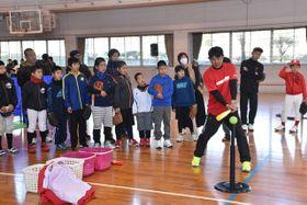 仁志敏久さんからティーバッティングのこつを学ぶ親子