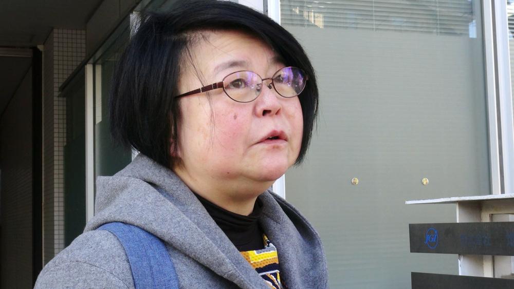 16年8カ月勤めた派遣先へ出勤する渡辺照子さん。雇い止めされ、この日が最後と通告されていた=2017年12月6日、東京都文京区