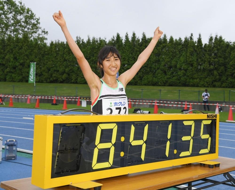 ホクレン中長距離チャレンジ第2戦の女子3000メートルで8分41秒35の日本新記録をマークし、喜ぶ田中希実=7月8日、深川市陸上競技場