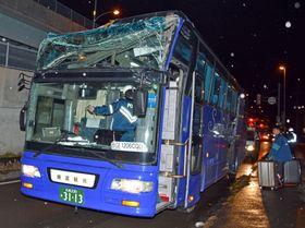 高架に衝突し、フロント上部が破損した観光バス=11日夜、北海道函館市