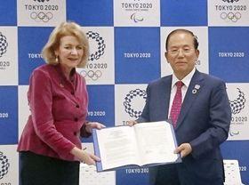 基本合意書に署名した国連のスメイル事務次長(左)と東京五輪・パラリンピック組織委の武藤敏郎事務総長=14日午後、東京都港区