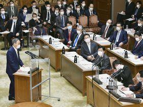 参院予算委で立憲民主党の森裕子氏(右手前から2人目)の質問に答弁する菅首相(左手前)=3日午前