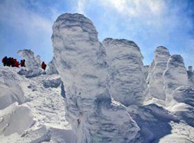青空に映える西大巓山頂付近の巨大な樹氷=16日午後0時10分ごろ