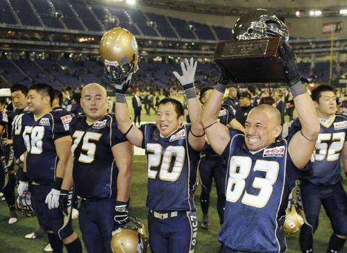 富士通に競り勝って2連覇し、観客の声援に笑顔で応える清水(83)らオービックの選手たち=11年、JAPAN X BOWL