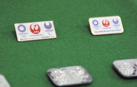 押収された東京五輪のエンブレムを模した偽ピンバッジ=4日午前、警視庁麹町署