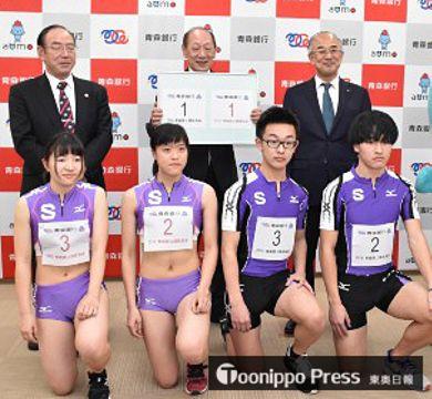 ナンバーカードを胸につけた青森高陸上競技部員(前列)。後列は青銀の成田頭取(右)、青森陸上競技協会の吉原会長(中)