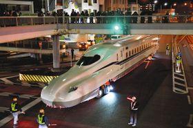 交差点に入ってきた新幹線の新型車両=豊橋市で