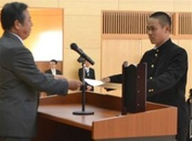 中沢秀紀県高野連会長(左)から表彰状を受け取る小川允羅主将=静岡市清水区の清水桜が丘高