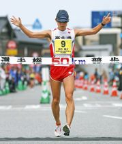男子50キロ競歩日本記録を更新する3時間39分7秒で優勝した鈴木=石川県輪島市で