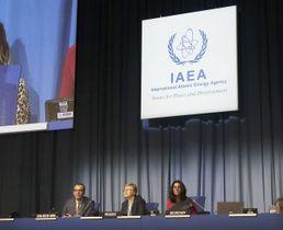 16日、IAEA年次総会の壇上に座るフェルータ事務局長代行(左端)ら=ウィーン(共同)
