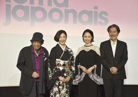 15日、パリで記者会見した(左から)映画監督の大林宣彦さん、俳優の常盤貴子さん、宮崎あおいさん、役所広司さん(共同)