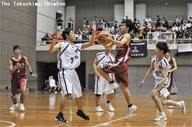 競技力向上を目指す高校バスケットボール。写真は今夏の県高校総体=5月26日、鳴門アミノバリューホール