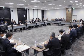 東京電力福島第1原発の処理水の扱いを議論する政府小委員会の会合=18日午前、東京都港区