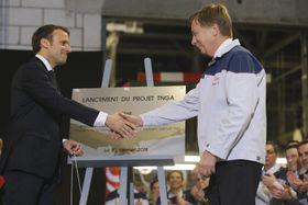 22日、フランス北部にあるトヨタ自動車のバランシエンヌ工場を訪れ、同社幹部と握手をするマクロン大統領(左)(AP=共同)