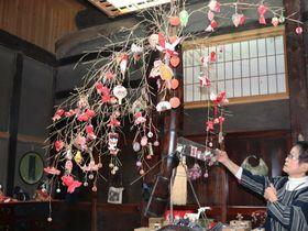 ちりめん細工や古布を使った作品が並ぶ展覧会の会場(京丹波町安井)