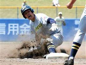 【秋田商―湯沢翔北】8回裏、湯沢翔北の先頭丹尾が三塁打を放ち滑り込む=こまちスタジアム