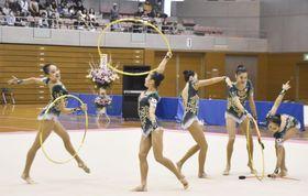 演技する新体操団体の日本代表=福島市
