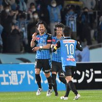 【川崎―G大阪】前半、2点目を決め、喜ぶ川崎・家長(左)=等々力