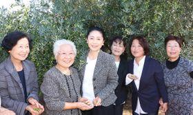 小豆島に嫁いできた女性たちと記念写真に納まる石川さゆりさん(中央)=土庄町