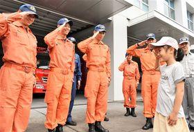 お互いに敬礼する大和田陽莉さん(右)と署員=7月中旬、焼津市の志太消防本部焼津消防署