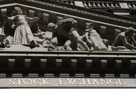 ニューヨーク証券取引所に設置されている彫刻(AP=共同)