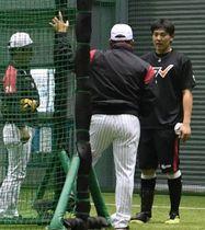 室内練習場で千葉ロッテ・井口監督(中央)から声を掛けられる安田(右端)=ZOZOマリン