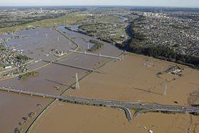 那珂川が氾濫し、水に漬かった常磐道水戸北スマートインターチェンジ付近=13日、水戸市(共同通信社ヘリから)
