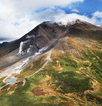 初冠雪が観測され、うっすらと白くなった旭岳。紅葉はまばらだが、「姿見の池」付近に登山客の姿が見える=20日午後0時30分(本社ヘリから、金本綾子撮影)