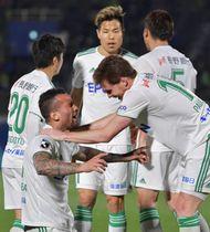 湘南−松本山雅 後半38分に同点ゴールを決め喜ぶ松本山雅・レアンドロペレイラ(左下)