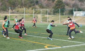 新チーム初の全体練習で汗を流す選手たち=桑名市のNTN総合運動公園サッカー場で