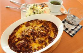 人気メニューの一つ「焼きチキンカレー」はサラダ、スープ、ドリンク付きで850円