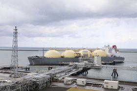 火力発電の燃料などに使うLNGを積んでオーストラリアから新潟県の港に到着したタンカー=2018年10月
