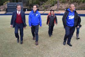 市職員らの案内でスタジアムを見学する張さん(右端)と廖さん(左から2人目)=阿南市桑野町のJAアグリあなんスタジアム