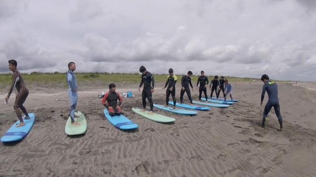 「タモン式渚のゴリゴリ合宿」の初日はサーフィン特訓