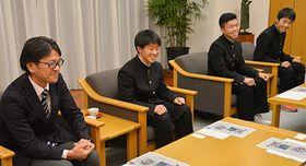 全国大会への意気込みを伝える羽角哲弘監督(左端)と選手たち=山形市・山形メディアタワー