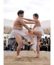 2人一組になって、神相撲の型を奉納する小学生力士=香川県高松市牟礼町、六万寺