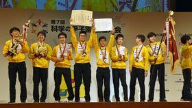 「第7回科学の甲子園全国大会」で優勝し、喜ぶ栄光学園高チーム=18日午後、さいたま市
