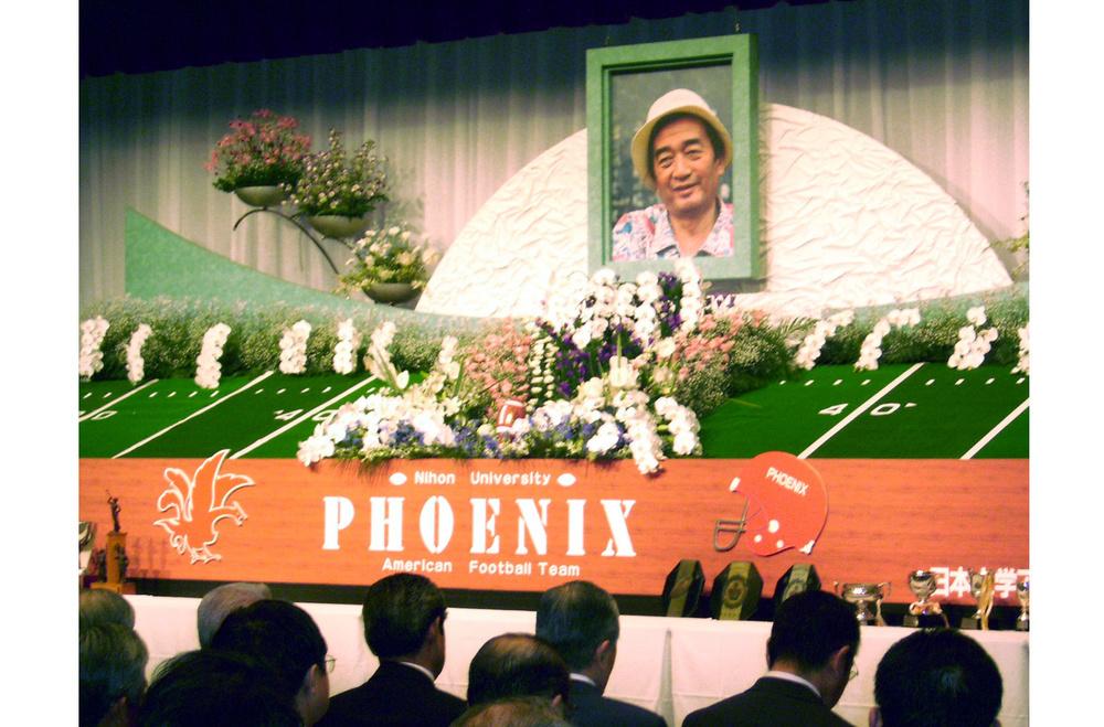 「お別れ会」でアメリカンフットボール場を模した祭壇に飾られた日大・篠竹幹夫前監督の遺影=2006年9月10日、東京都内のホテル