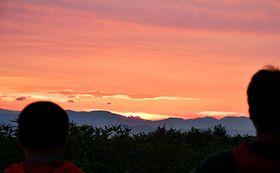 御田原参篭所近くからは鮮やかな朝焼けを望むことができた=31日午前4時33分、鶴岡市