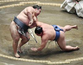 徳勝龍(左)が突き落としで正代を破る=両国国技館